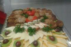 Gemischte Platte mit Frikadellen und gemischtem Käse